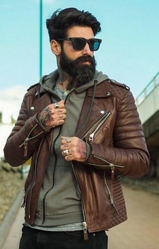 Cómo combinar: vaqueros pitillo negros, camiseta henley gris, sudadera con capucha verde oliva, chaqueta motera de cuero marrón
