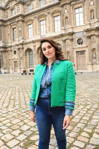 Cómo combinar: vaqueros pitillo azul marino, camiseta sin manga blanca, camisa vaquera azul, chaqueta de tweed verde