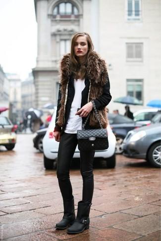 Cómo combinar: leggings de cuero negros, camiseta sin manga blanca, blazer de lana negro, chaleco de pelo marrón