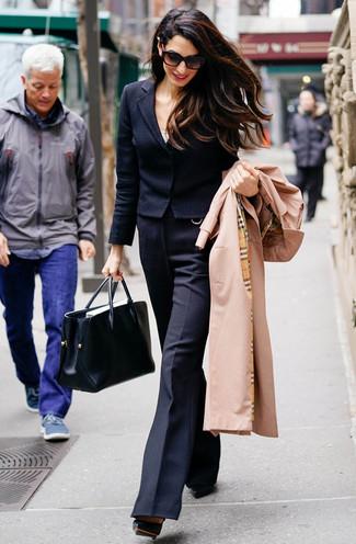 Outfits mujeres: Utiliza una gabardina marrón claro y un pantalón de campana de lana negro para crear un estilo informal elegante. Un par de zapatos de tacón de cuero negros se integra perfectamente con diversos looks.