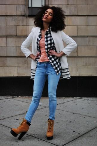 Cómo combinar: vaqueros pitillo azules, camiseta sin manga rosada, camisa de vestir a cuadros en blanco y negro, abrigo en blanco y negro