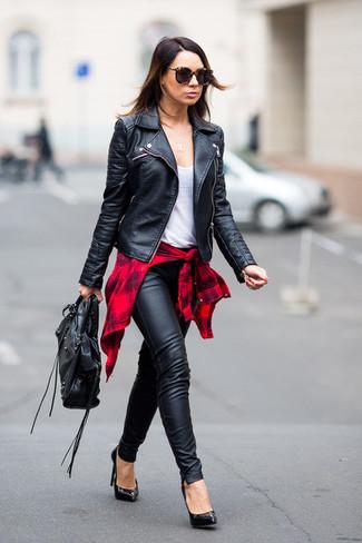 Cómo combinar: pantalones pitillo de cuero negros, camiseta sin manga blanca, camisa de vestir de tartán roja, chaqueta motera de cuero negra