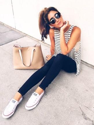 Para un atuendo tan cómodo como tu sillón ponte una camiseta sin manga de rayas horizontales en blanco y negro y unos vaqueros pitillo negros. Tenis de lona blancos son una sencilla forma de complementar tu atuendo.