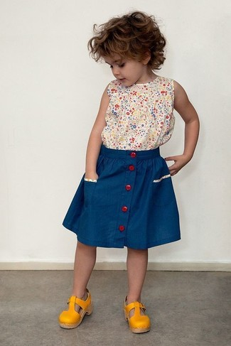 Cómo combinar: camiseta sin manga estampada en beige, falda azul, sandalias mostaza
