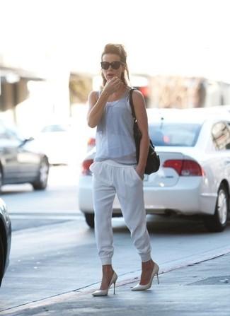 Camiseta sin manga gris pantalon de chandal blanco zapatos de tacon blancos bolsa tote negra large 1502