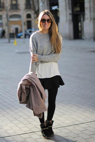 Combinar una falda skater negra: Empareja un abrigo gris junto a una falda skater negra para cualquier sorpresa que haya en el día. ¿Quieres elegir un zapato informal? Opta por un par de zapatillas con cuña de cuero negras para el día.