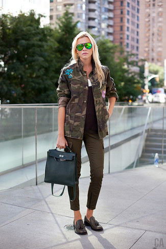 Cómo combinar: pantalón cargo en marrón oscuro, camiseta sin manga blanca, jersey de ochos en marrón oscuro, chaqueta militar de camuflaje verde oscuro