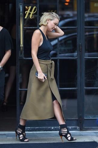 Cómo combinar: camiseta sin manga negra, falda midi con recorte verde oliva, sandalias romanas de ante negras