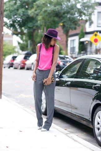 Cómo combinar: camiseta sin manga rosa, pantalón de vestir gris, zapatos de tacón de cuero plateados, cartera sobre de leopardo marrón claro