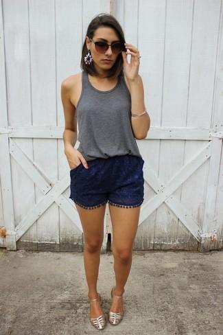 Cómo combinar: camiseta sin manga en gris oscuro, pantalones cortos de encaje azul marino, sandalias planas de cuero plateadas, gafas de sol en marrón oscuro