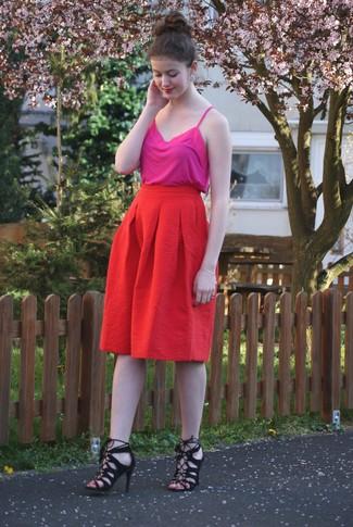 Cómo combinar: camiseta sin manga rosa, falda midi plisada roja, sandalias de tacón de ante negras