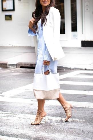 Cómo combinar: sandalias de tacón de cuero en beige, camiseta sin manga blanca, vestido camisa celeste, blazer blanco