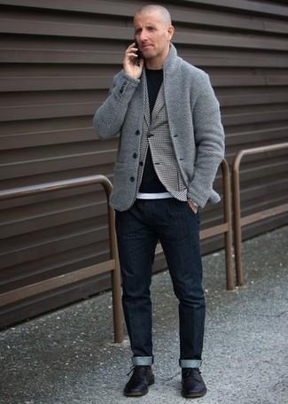 Outfits hombres en otoño 2020: Para un atuendo que esté lleno de caracter y personalidad utiliza un cárdigan con cuello chal gris y unos vaqueros azul marino. Con el calzado, sé más clásico y opta por un par de zapatos derby de cuero negros. Es una opción exitosa para disfrutar y transitar esta temporada de otoño.