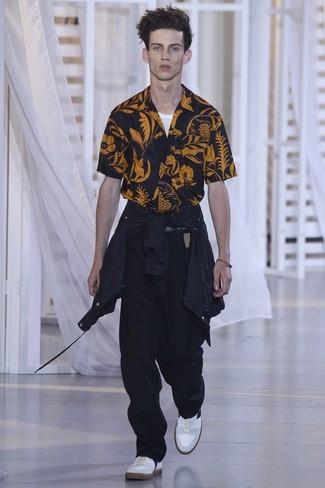 Combinar un chubasquero negro: Considera emparejar un chubasquero negro con un pantalón chino negro para cualquier sorpresa que haya en el día. Tenis blancos son una opción buena para completar este atuendo.