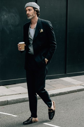 Moda para hombres de 40 años: Casa un blazer cruzado negro con un pantalón de vestir negro para un perfil clásico y refinado. ¿Quieres elegir un zapato informal? Opta por un par de mocasín de cuero negro para el día.