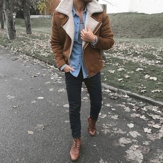 Cómo combinar: pantalón chino negro, camiseta sin mangas gris, camisa vaquera celeste, chaqueta de piel de oveja marrón