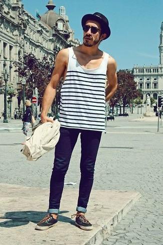Cómo combinar: camiseta sin mangas de rayas horizontales en blanco y negro, vaqueros pitillo azul marino, zapatillas plimsoll negras, sombrero de paja negro