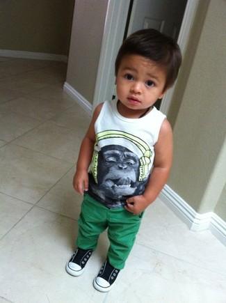 Look de moda: Camiseta sin Mangas Estampada Blanca, Pantalones Verdes, Zapatillas en Negro y Blanco