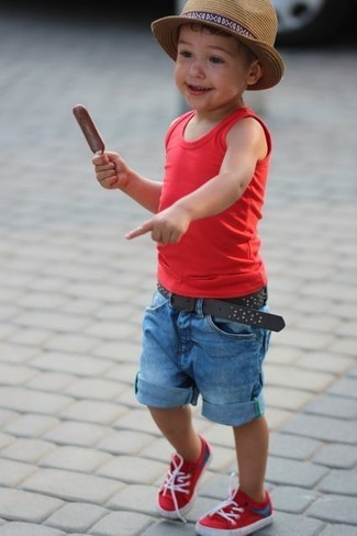 Cómo combinar: camiseta sin mangas roja, pantalones cortos vaqueros azules, zapatillas rojas, sombrero marrón claro
