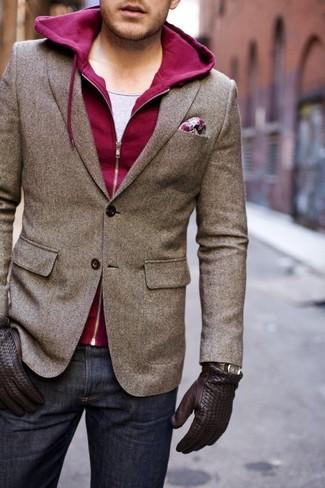 Look de moda: Vaqueros azul marino, Camiseta sin mangas gris, Sudadera con capucha burdeos, Blazer de lana marrón