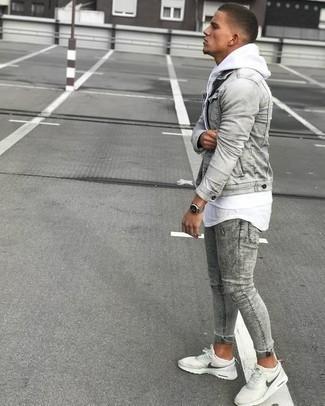 Combinar una chaqueta vaquera gris: Para un atuendo que esté lleno de caracter y personalidad elige una chaqueta vaquera gris y unos vaqueros pitillo grises. Si no quieres vestir totalmente formal, complementa tu atuendo con deportivas blancas.
