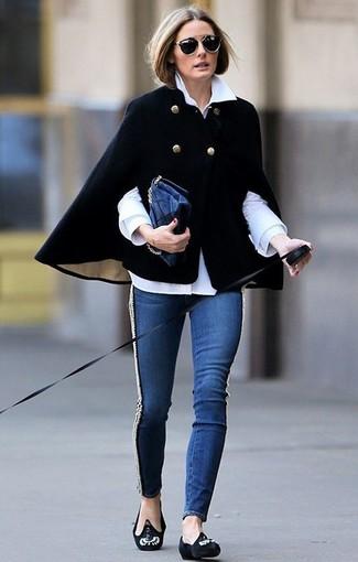 Look de Olivia Palermo: Capa Negra, Camisa de Vestir Blanca, Vaqueros Pitillo Azul Marino, Mocasín de Ante con Adornos Negros