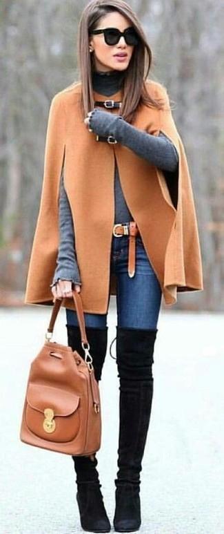 Cómo combinar: capa marrón claro, jersey de cuello alto gris, vaqueros pitillo azules, botas sobre la rodilla de ante negras