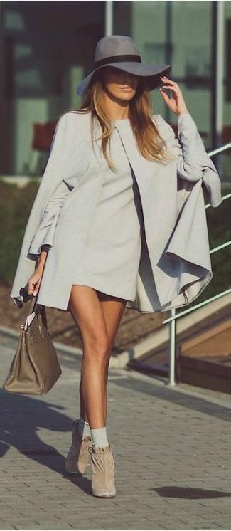Cómo combinar: capa gris, vestido recto gris, botines de ante en beige, bolsa tote de cuero verde oliva