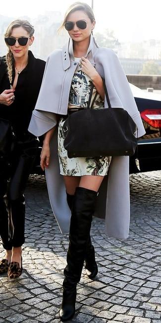 Look de Miranda Kerr: Capa Gris, Vestido Tubo Estampado en Beige, Botas sobre la Rodilla de Ante Negras, Bolsa Tote de Ante Negra