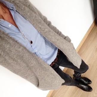 Ponte un cárdigan abierto gris y unos vaqueros pitillo negros para crear una apariencia elegante y glamurosa. ¿Te sientes ingenioso? Dale el toque final a tu atuendo con botines de cuero negros.