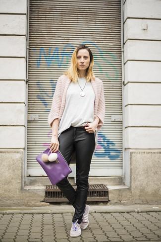 Cómo combinar: cárdigan abierto de punto rosado, camiseta con cuello circular gris, pantalones pitillo de cuero negros, tenis grises