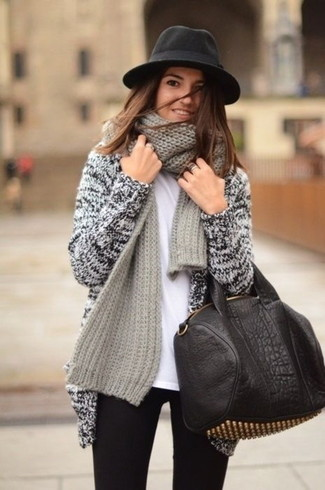 Intenta ponerse un cárdigan abierto de punto gris y una bufanda de punto gris para un look agradable de fin de semana.