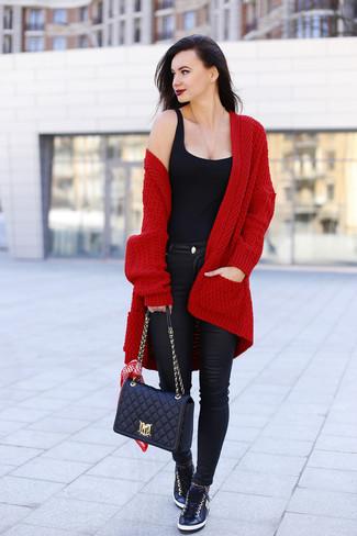Look de moda: Cárdigan abierto de punto burdeos, Camiseta sin manga negra, Vaqueros pitillo de cuero negros, Tenis de cuero negros