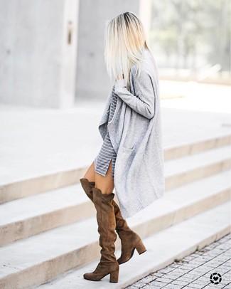 Look de moda: Cárdigan abierto gris, Vestido casual de rayas horizontales gris, Botas sobre la rodilla de ante marrónes