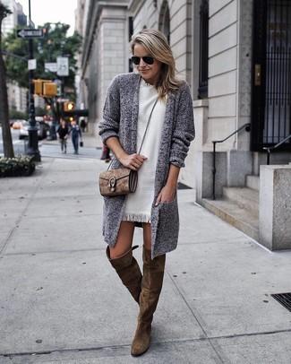 Look de moda: Cárdigan abierto de punto gris, Vestido recto blanco, Botas sobre la rodilla de ante verde oliva, Bolso bandolera de ante marrón