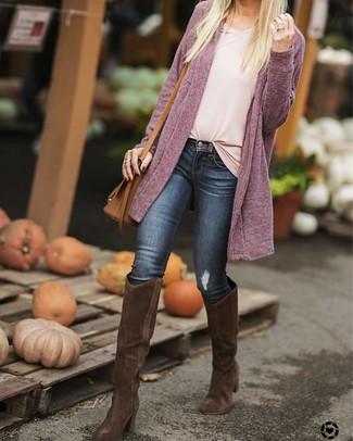 Cómo combinar: cárdigan abierto morado, camiseta con cuello en v rosada, vaqueros pitillo azul marino, botas de caña alta de ante en marrón oscuro