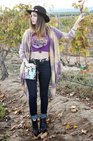 Haz de un cárdigan abierto estampado violeta claro y una correa plateada de Givenchy tu atuendo transmitirán una vibra libre y relajada. Dale onda a tu ropa con botines de cuero negros.