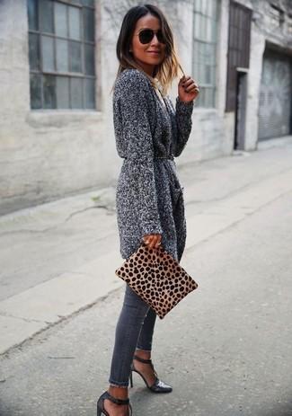 Considera ponerse un cárdigan abierto de punto gris y una correa de cuero con tachuelas negra de Givenchy para un look agradable de fin de semana. Luce este conjunto con sandalias de tacón de cuero en gris oscuro.