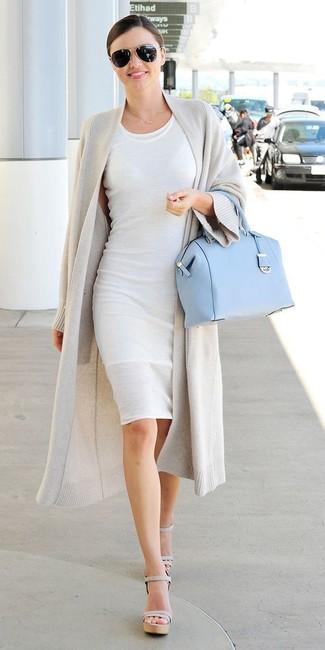 Look de Miranda Kerr: Cárdigan Abierto Gris, Vestido Ajustado Blanco, Sandalias de Tacón de Cuero Grises, Bolso de Hombre de Cuero Celeste