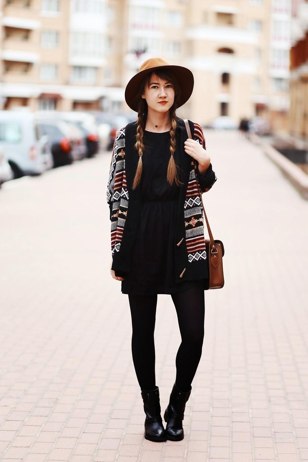 Combinar vestido negro con botas