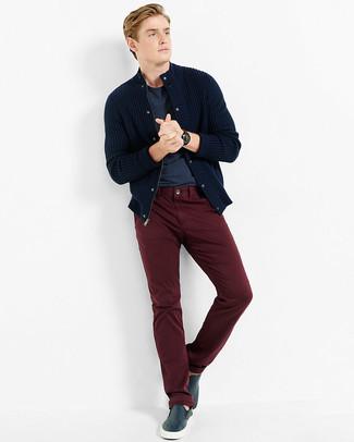 Cómo combinar: cárdigan de punto azul marino, camiseta con cuello circular azul marino, pantalón chino burdeos, zapatillas slip-on de cuero azul marino