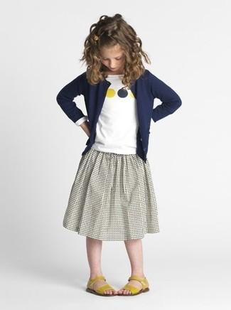 Cómo combinar: cárdigan azul marino, camiseta de manga larga estampada blanca, falda gris, sandalias amarillas