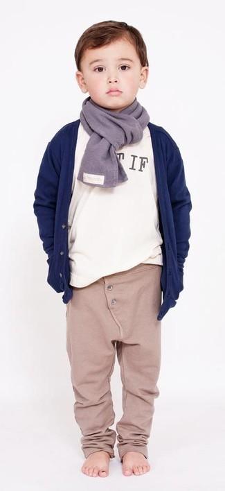 Cómo combinar: cárdigan azul marino, camiseta de manga larga blanca, pantalón de chándal en beige, bufanda gris