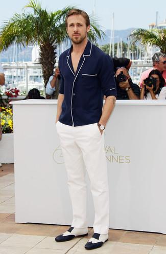 Look de Ryan Gosling: Cárdigan Azul Marino, Pantalón de Vestir Blanco, Zapatos Oxford de Cuero en Blanco y Negro, Reloj de Cuero Marrón