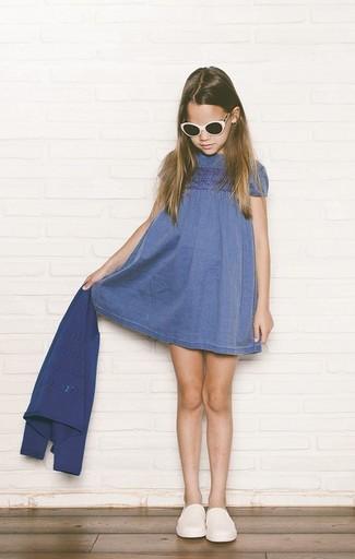 Cómo combinar: cárdigan azul, vestido vaquero azul, zapatillas blancas