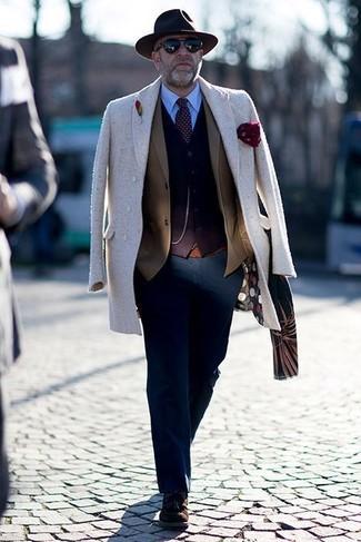 Cómo combinar: camisa de vestir celeste, cárdigan en marrón oscuro, blazer marrón, abrigo largo en beige