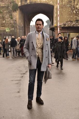 Cómo combinar: camisa de manga larga gris, cárdigan marrón claro, blazer de tartán marrón claro, chaquetón de espiguilla gris