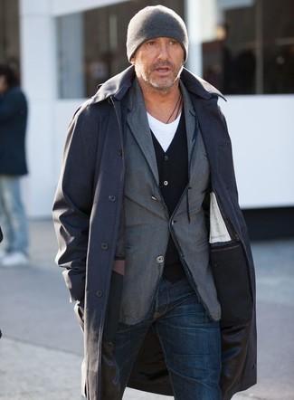 Cómo combinar: camiseta con cuello en v blanca, cárdigan negro, blazer de algodón gris, chubasquero negro