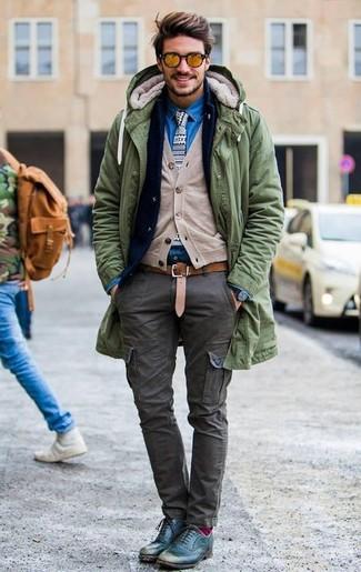 Combinar un pantalón cargo en gris oscuro: Para un atuendo tan cómodo como tu sillón elige una parka verde oliva y un pantalón cargo en gris oscuro. ¿Te sientes valiente? Usa un par de zapatos brogue de cuero en verde azulado.