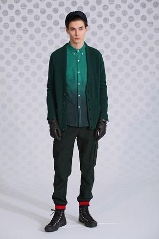 Cómo combinar: cárdigan verde oscuro, camisa de manga larga verde oscuro, pantalón cargo verde oscuro, zapatillas altas de cuero en marrón oscuro
